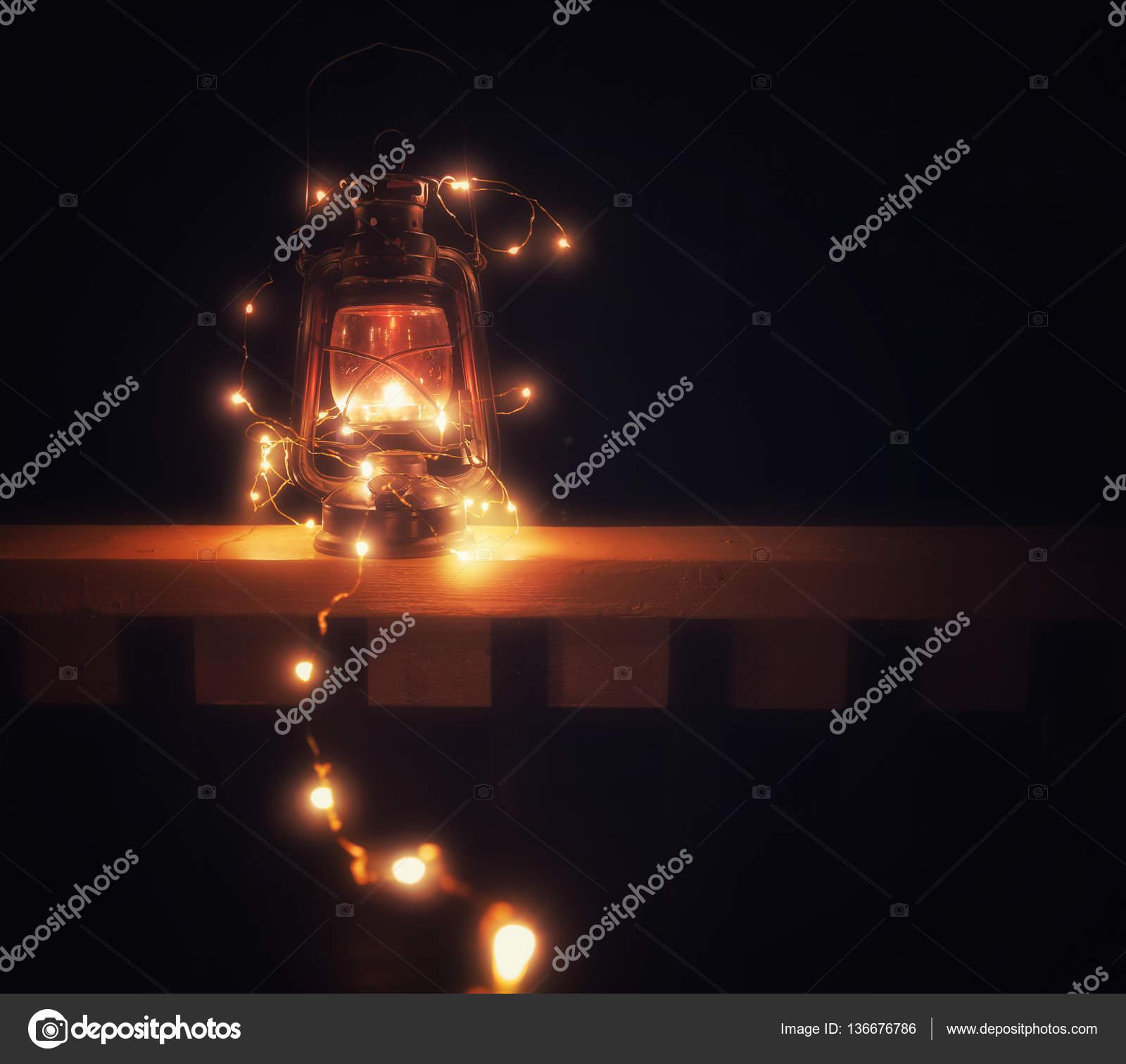 https://st3.depositphotos.com/1445720/13667/i/1600/depositphotos_136676786-stockafbeelding-vintage-toverlantaarn-met-verlichting-s.jpg