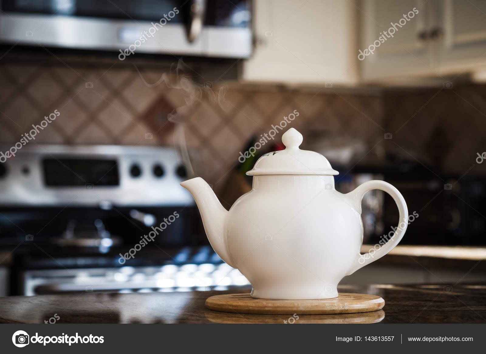 Oude stijl theepot op moderne keuken interieur u stockfoto