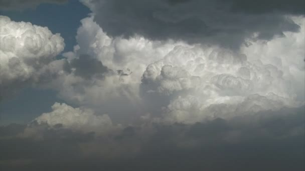 velké načechrané bílé bouřkové mraky