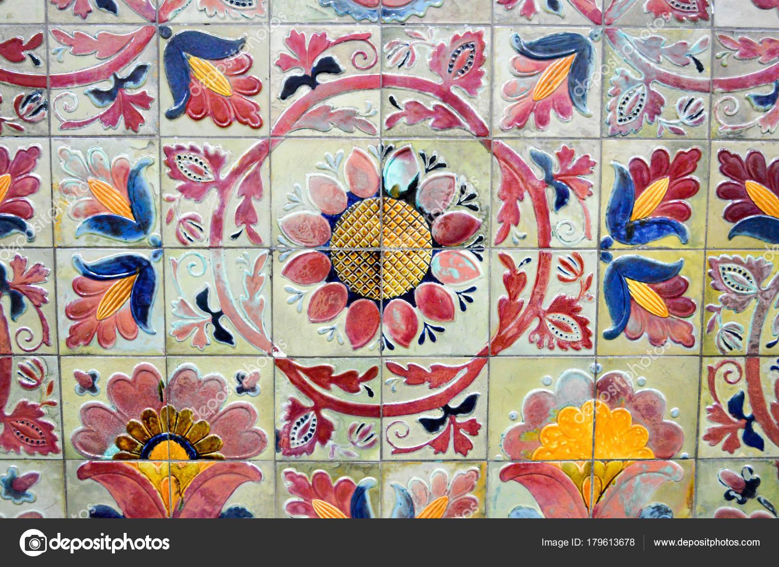 Piastrelle a motivi geometrici multicolore con fiori sfondo