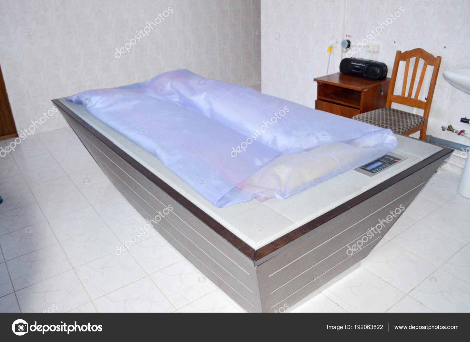 Camera con letto acqua massaggio massaggio medico rilassamento