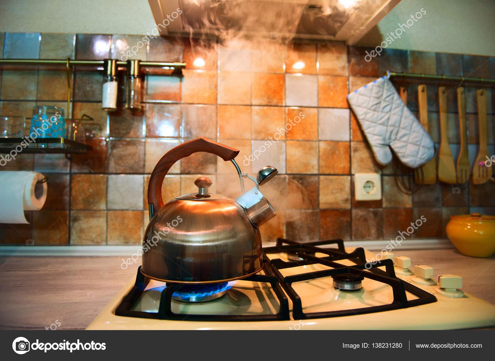 modern, trendy, Bronze Kessel auf eine neue, moderne Küche ...