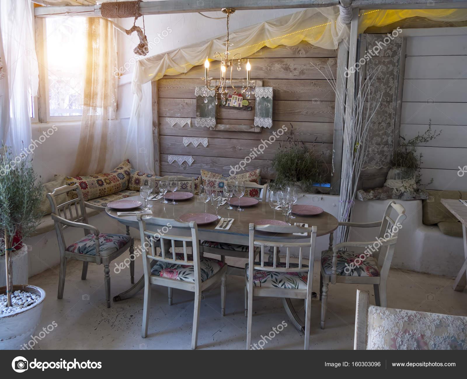 Een kleine eetkamer in een rustiek huis u2014 stockfoto © krivosheevv