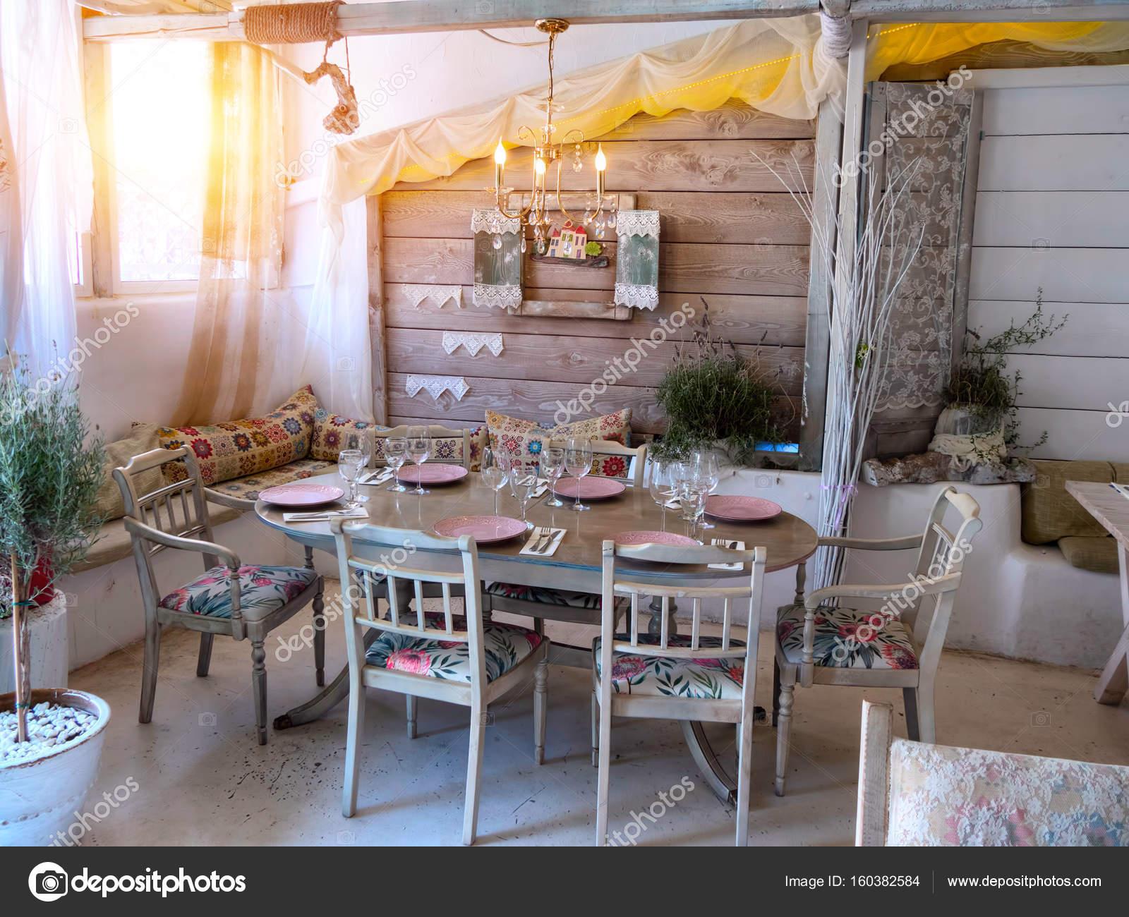 Piccola Sala Da Pranzo : Una piccola sala da pranzo in una casa rustica u2014 foto stock