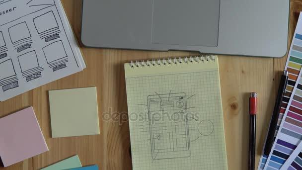Der Webentwickler erstellt das Layout der Website auf seinem Notebook.