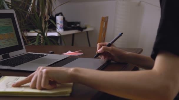 Web-Entwickler am Tisch machen eine Skizze des zukünftigen Standortes. Aus der Ferne arbeiten von einem home-office.