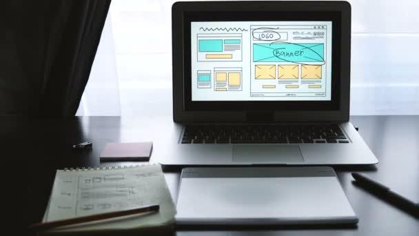 Web fejlesztő ül az asztalnál, így egy vázlatot a közeljövőben helyén. Távmunka, otthoni iroda a.