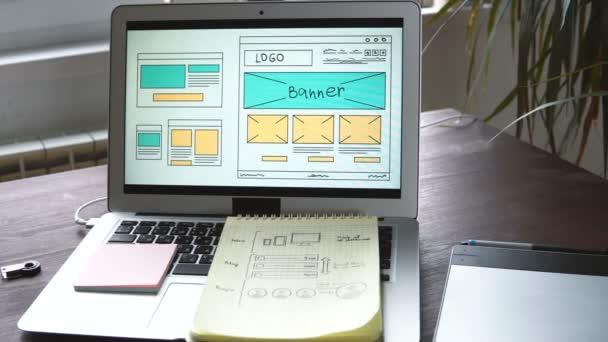 Webový vývojář, sedí u stolu, takže nástin budoucího webu. Práce vzdáleně z domácí kanceláře.