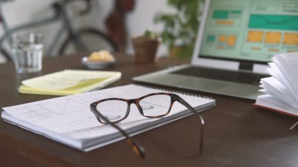 Freie Mitarbeiter am Arbeitsplatz. Web-Entwickler macht Skizzen des Standortes in sein Notizbuch aus der Ferne vom home-Office arbeiten