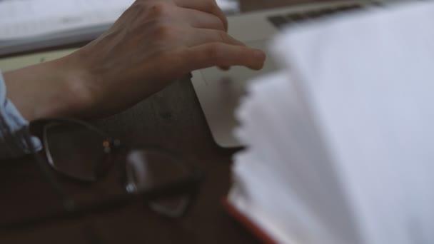 Freiberufler arbeitet aus der Ferne über das Internet auf seinem Computer im Homeoffice