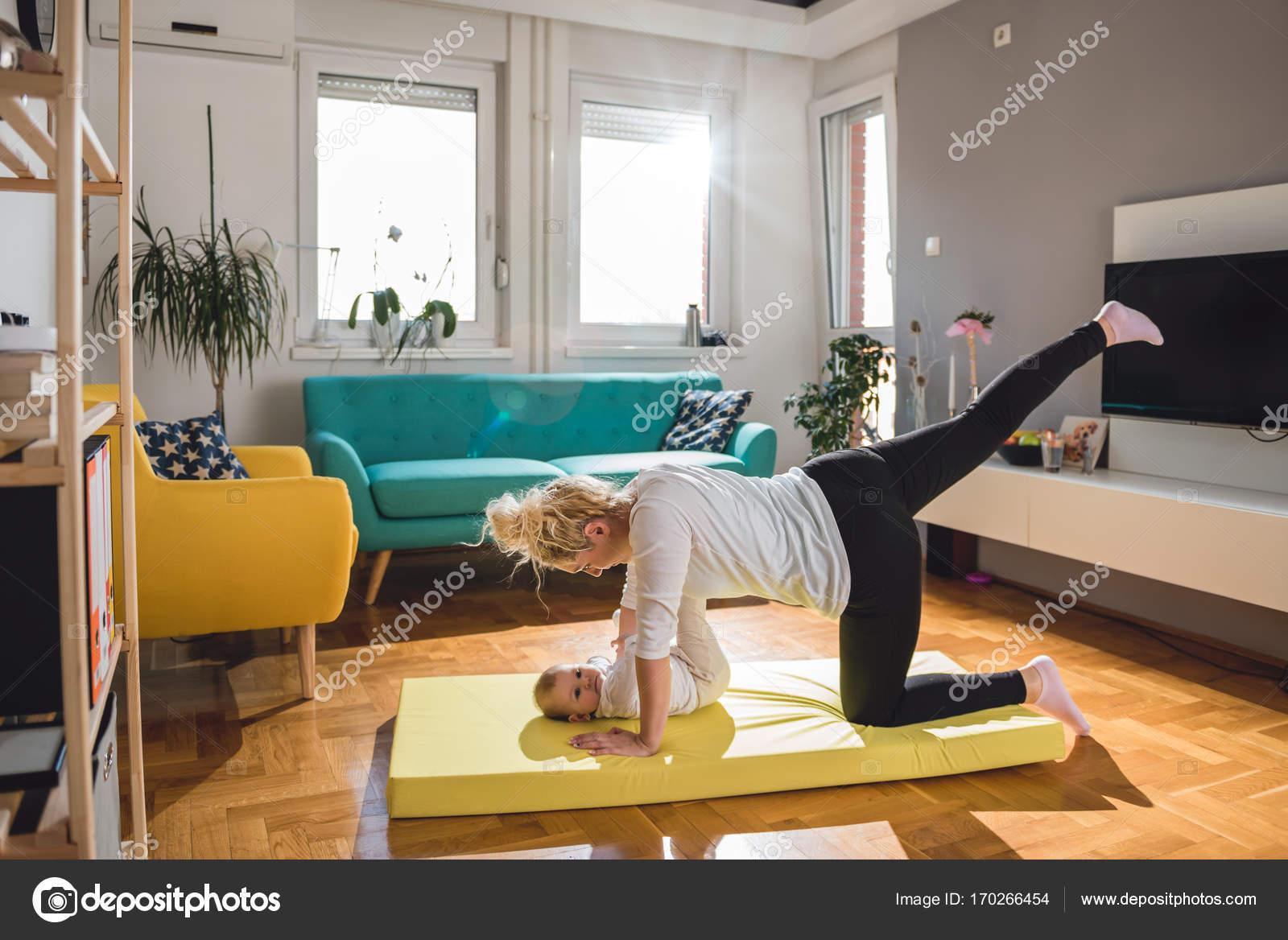 M E Com Beb No Tapete Amarelo Stock Photo Kerkezz 170266454 -> Tapete Para Sala De Pilates