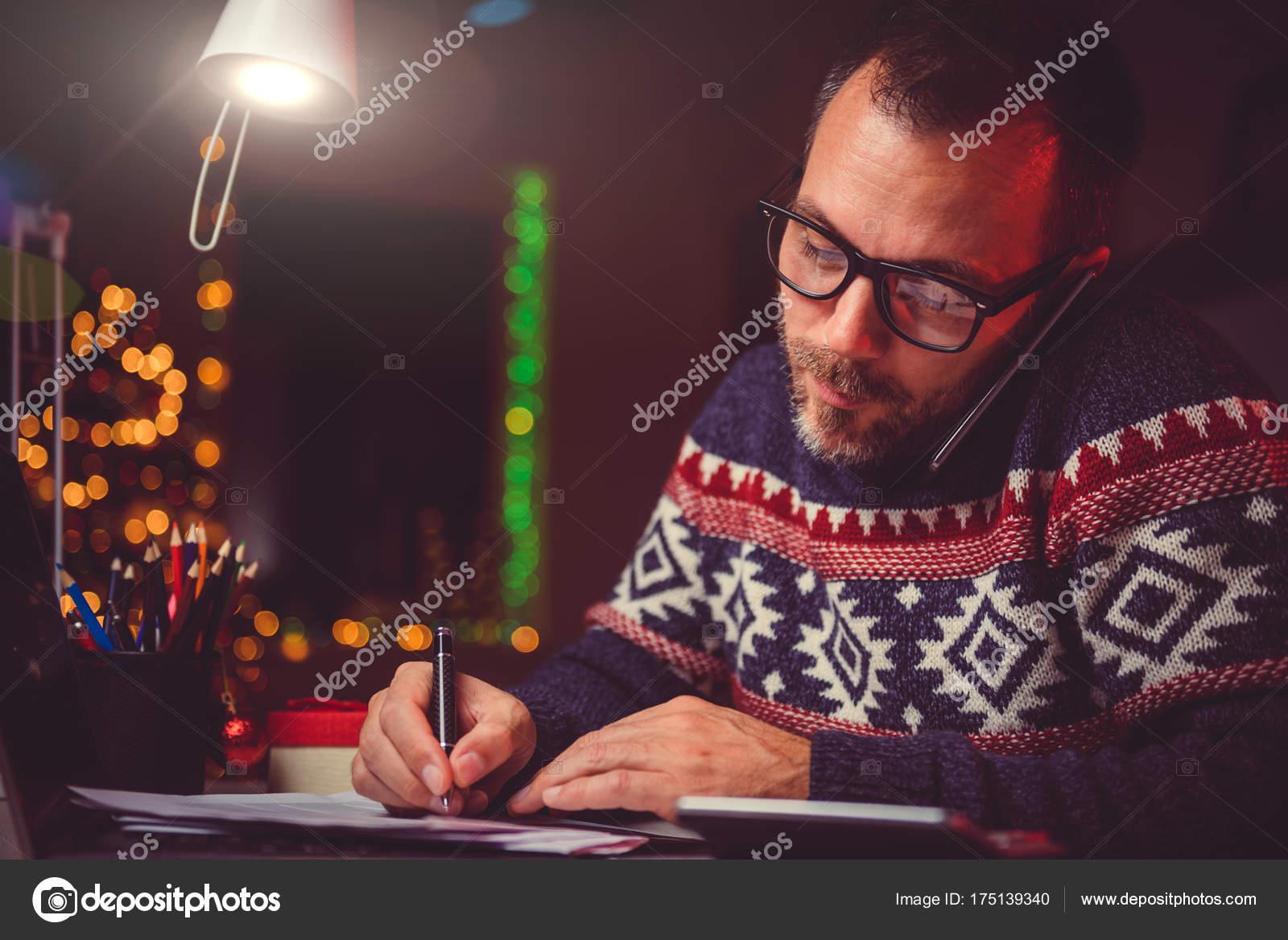 Homme travaillant tard dans nuit bureau maison parler sur
