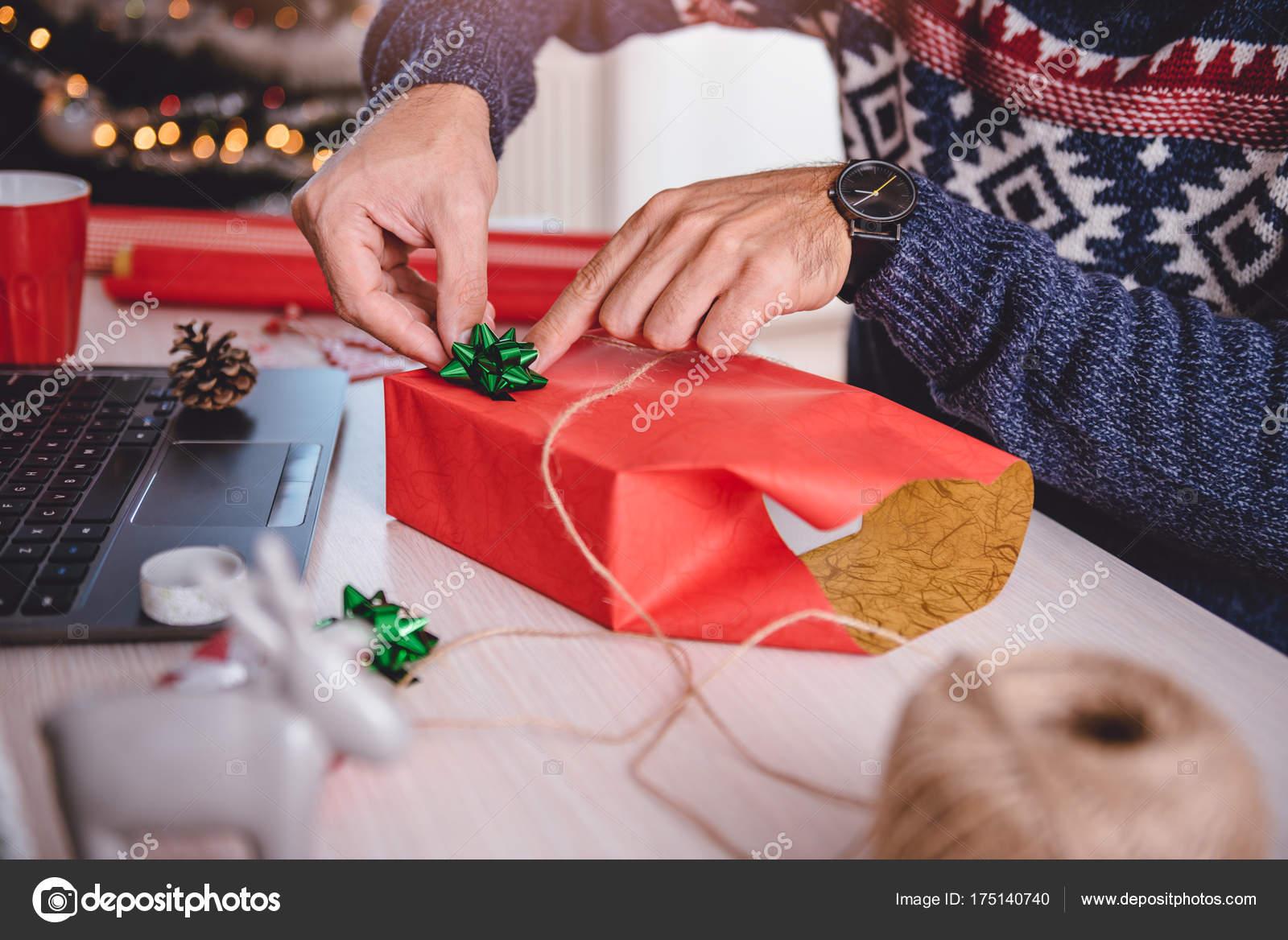 Mann, die Weihnachts-Geschenk Verpackung — Stockfoto © Kerkezz ...