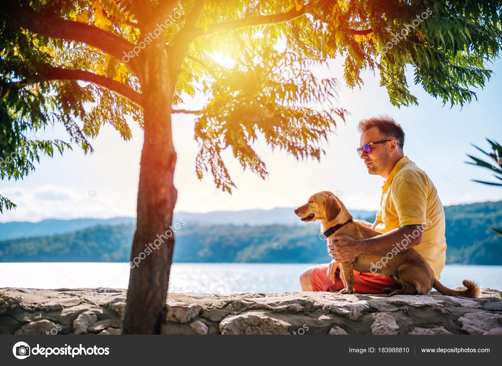 Homem Camisa Amarela Óculos Sol Seu Cão Sentado Muro Pedra — Fotografia de  Stock 59381bd644