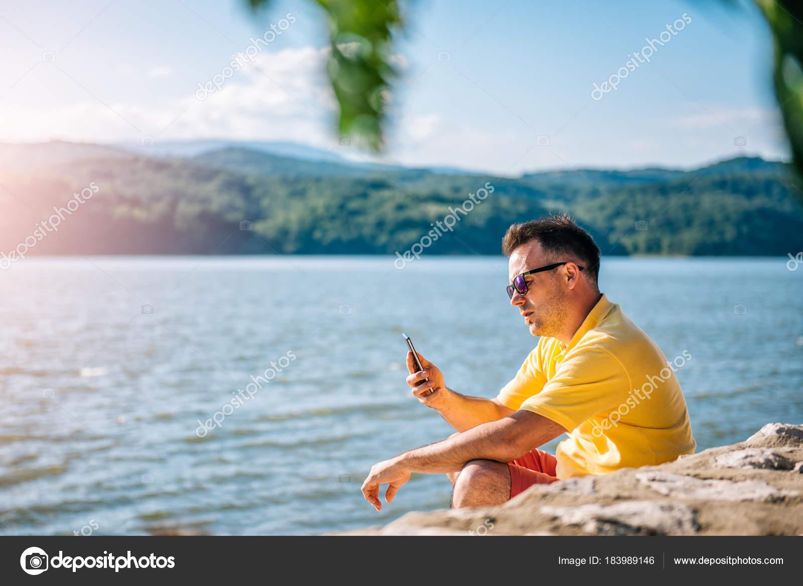 Homem Camisa Amarela Calção Vermelha Óculos Sol Desenhado Doca Pedra —  Fotografia de Stock 54c587ec98