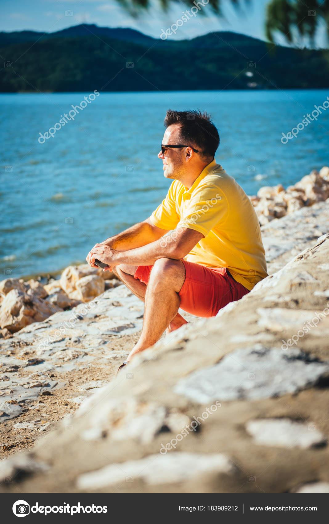 Homem Camisa Amarela Calção Vermelha Óculos Sol Localização Doca Pedra —  Fotografia de Stock 4f366f8ddf