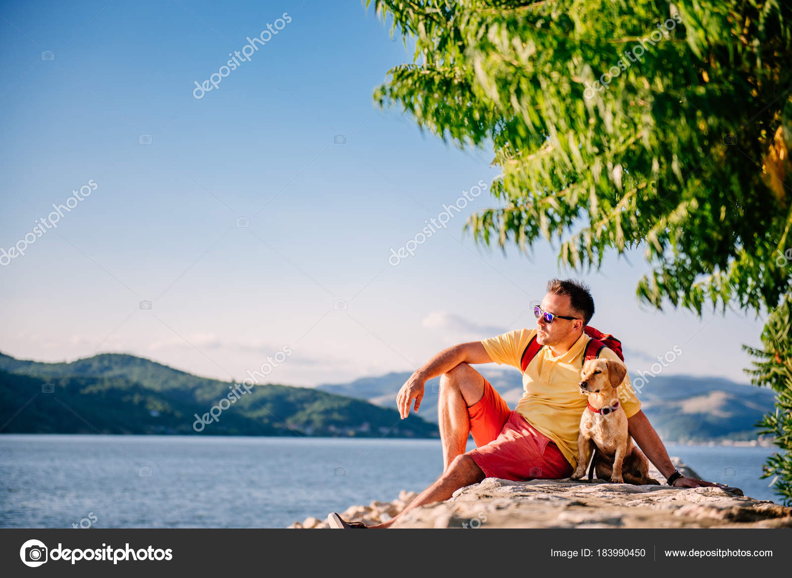 Homem Camisa Amarela Óculos Sol Mochila Vermelha Sentado Cais Pedra —  Fotografia de Stock 06deabfc72