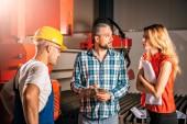 Inženýři kontroly instalace nového stroje Cnc plazma ve velkých průmyslových hal