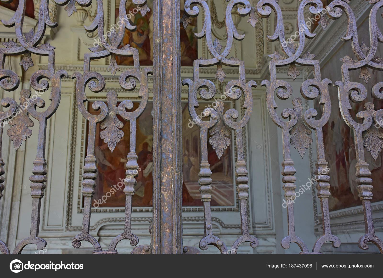 Чертоза Сан Мартино, год 1325, монументальные религиозный комплекс. Входные  ворота для церкви Пронаос — Фото автора bennyphoto