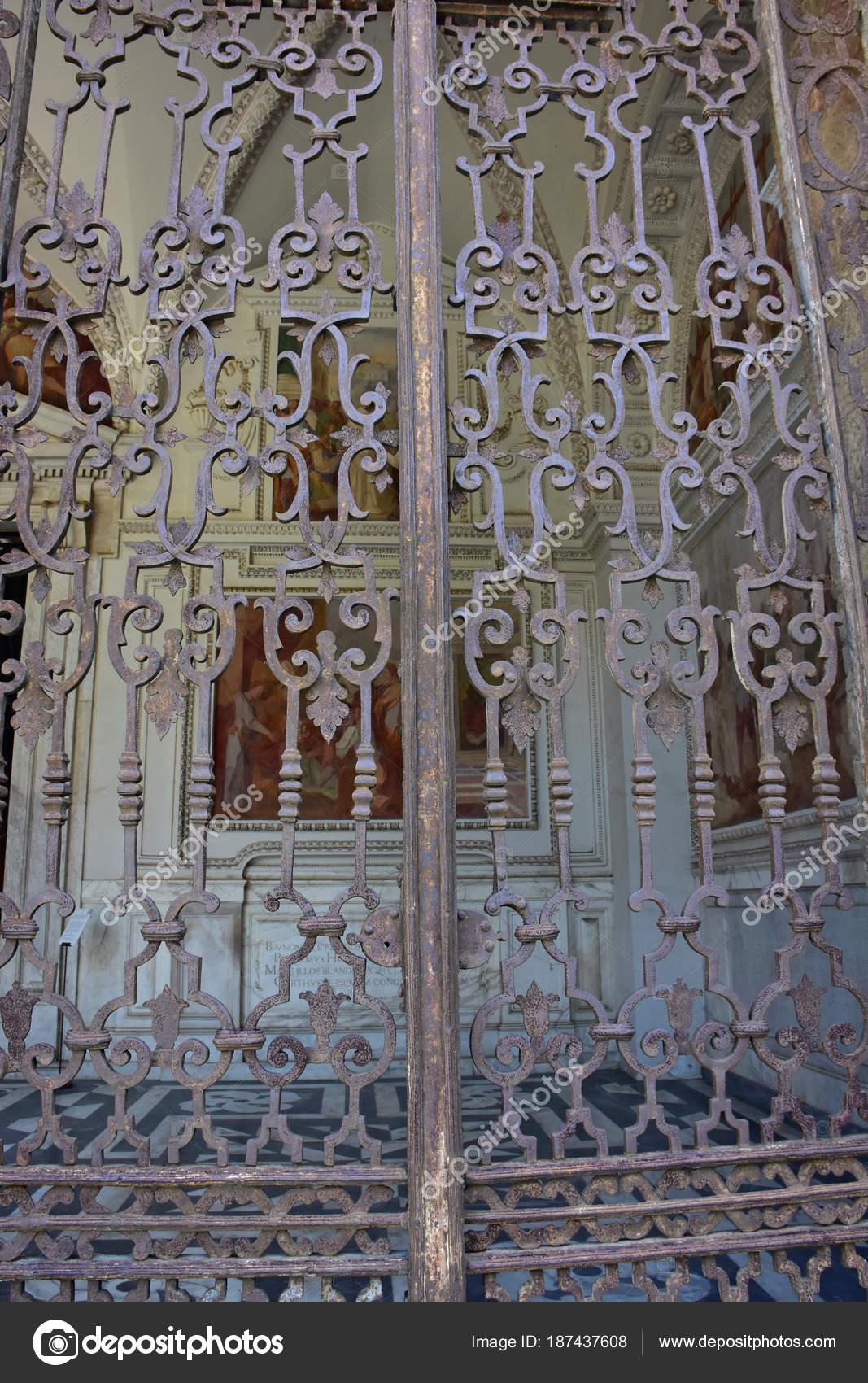 Неаполь, Италия, 13-ого октября 2017. Чертоза Сан Мартино, год 1325,  монументальные религиозный комплекс. Входные ворота для церкви Пронаос —  Фото автора ...