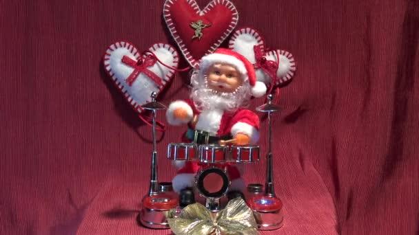 4 k Itálie, Bari, 17/12/2017, v jeho domě hraje bubny se světly Santa Claus. Za zvuku bubnů