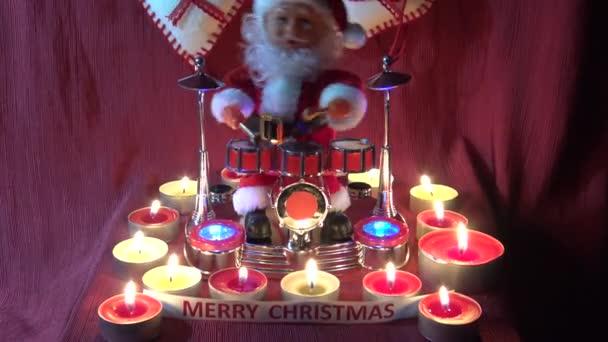 4 k Itálie, Bari, 17/12/2017, Santa Claus hraje bubny se světly a svíčky ve svém domě. Za zvuku bubnů