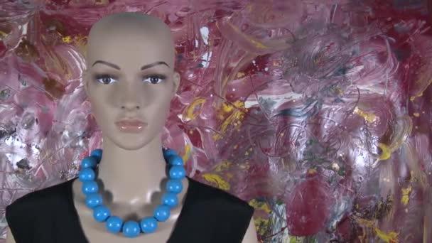 Žena figurína pózuje pro video. 4K 59.94 fps