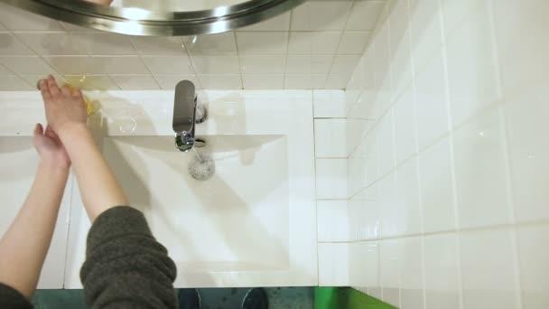 Top view közepes lövés a nő kezet mos, miután visszatért az utcáról