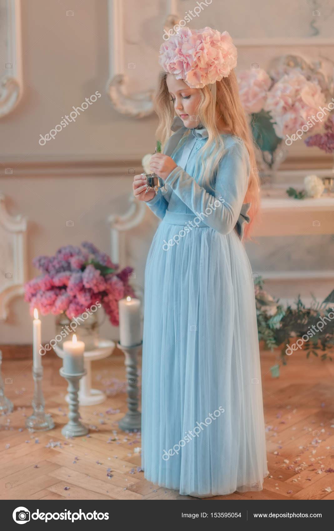 dadc2cac70c3 Floral Studio το ξανθό κορίτσι με γαλάζιο μακρύ φόρεμα και ένα λουλούδι στο  κεφάλι — Εικόνα από ...