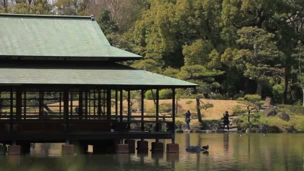 Pavilon u jezera v japonské zahradě na Kiyosumi Shirakawa / jeho tradiční park v Tokiu. fotoaparát: Canon Eos 7d