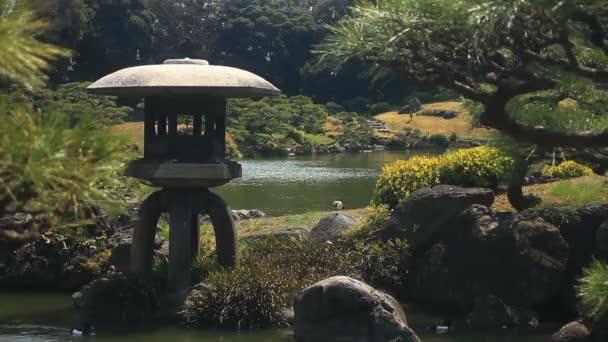 Lucerna v japonské zahradě mírného větru na Kiyosumi Shirakawa. / Jeho tradiční park v Tokiu. fotoaparát: Canon Eos 7d