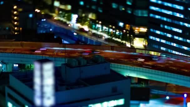 Noční jízdní řády na dálnici v městském městě v Tokiu