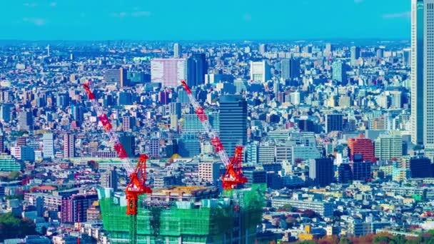 Vrata pohybujících se jeřábů na střeše budovy v Tokiu s dlouhým úhlem pánve