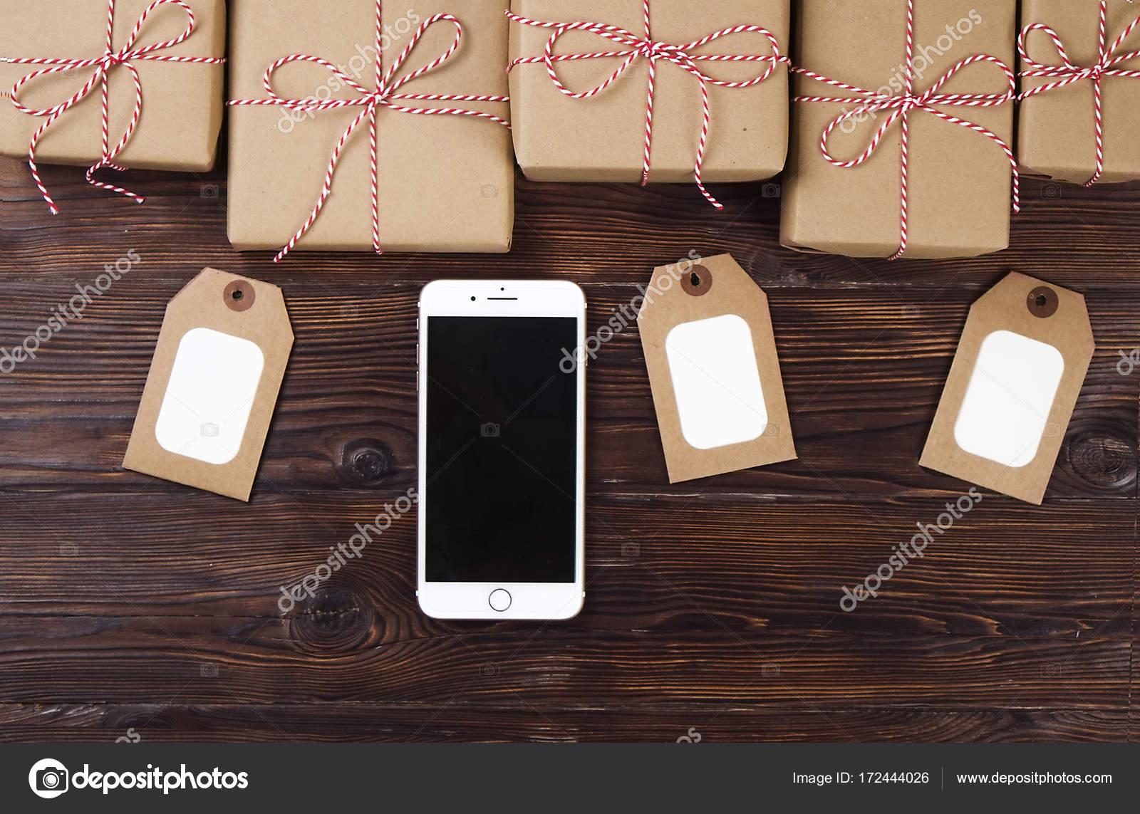 Smartphone mit Weihnachten präsentiert auf hölzernen Hintergrund ...