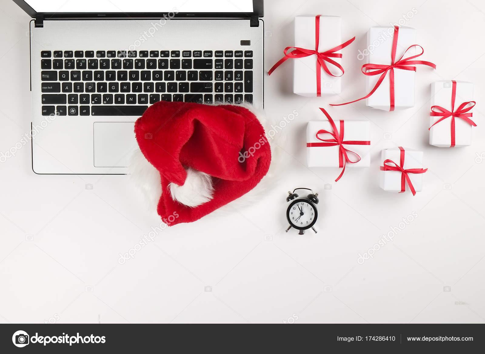 Schreibtisch Mit Laptop Weihnachtsgeschenke Und Wunschliste Auf ...
