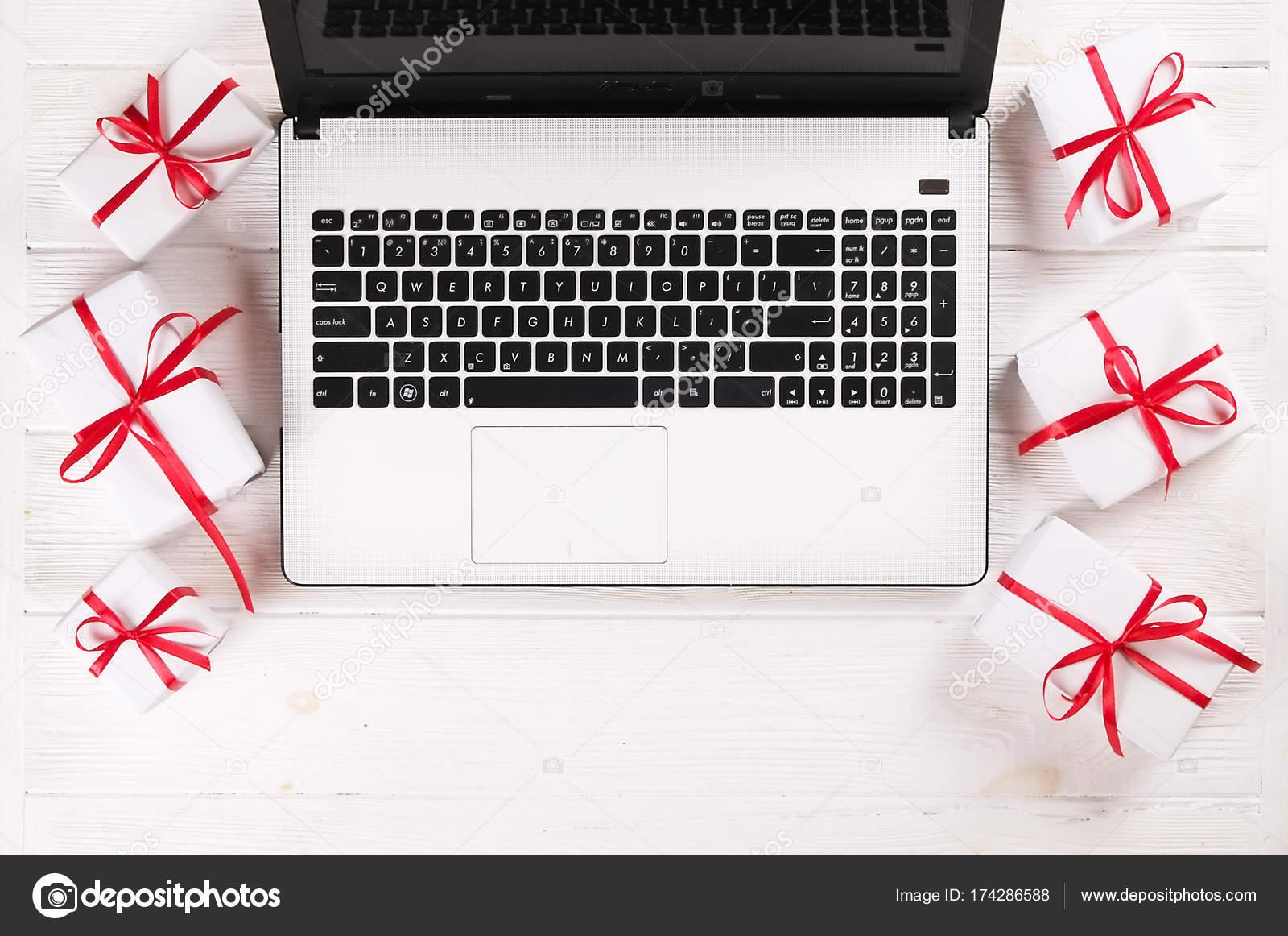 Schreibtisch Mit Laptop Weihnachtsgeschenke Und Kreditkarte Auf ...