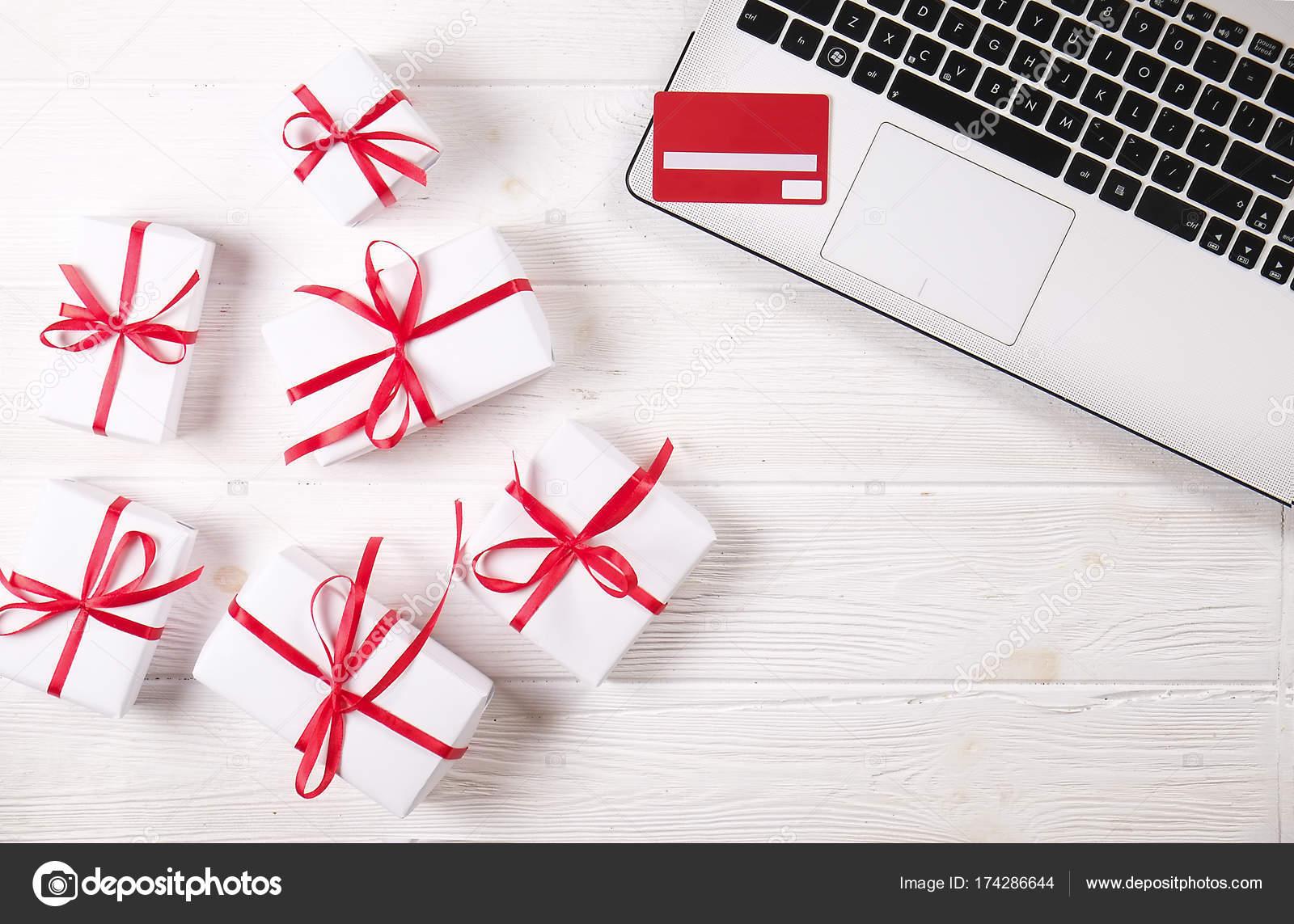Schreibtisch Mit Laptop Weihnachtsgeschenke Und Kreditkarte Onlain ...