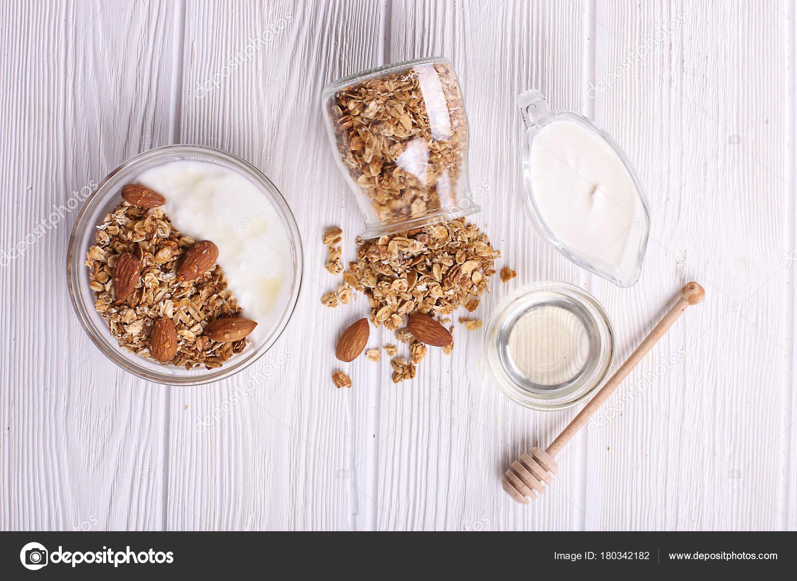 Вертикальный прямоугольник кадра состоит из вкусных орехов кешью.