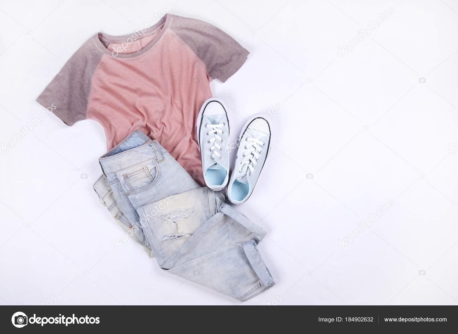 0442b31570bd Elegante, roupas da moda femininas e acessórios. Moda top t-shirt rosa,  tênis casuais azuis, óculos de sol marrons, frasco de perfume em branco,  jeans, ...