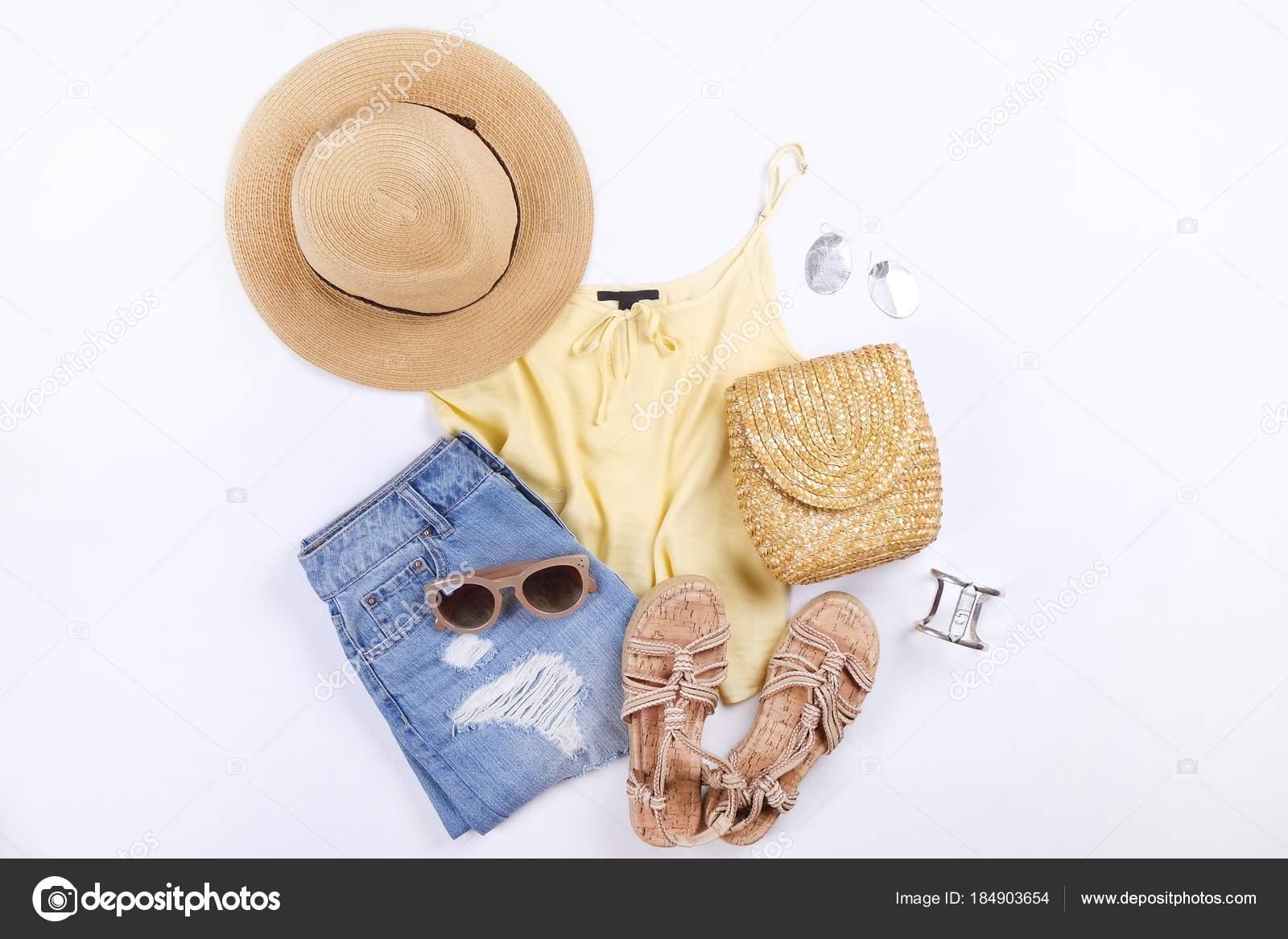 7bea73e976 Nő ruha & tartozékok: sárga felső, farmer szoknya, parfüm, kötél szandál,  napszemüveg, szalmakalap, fehér háttér. Lapos laikus trendi női divat.