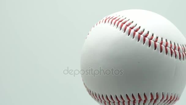 Ruotare baseball isolato su uno sfondo bianco e rosso cuciture baseball. spazio della copia.