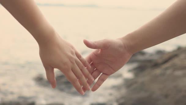 In Zeitlupe treffen sich Frauen und Männer am Strand, um sich warm zu fühlen. romantische und liebevolle .as Hintergrund valentine Konzept mit Kopierräumen für Ihren Text oder Design.