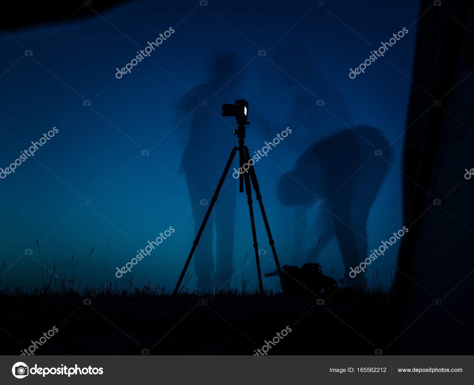 Foto a lunga esposizione artistica di un fotografo in azione
