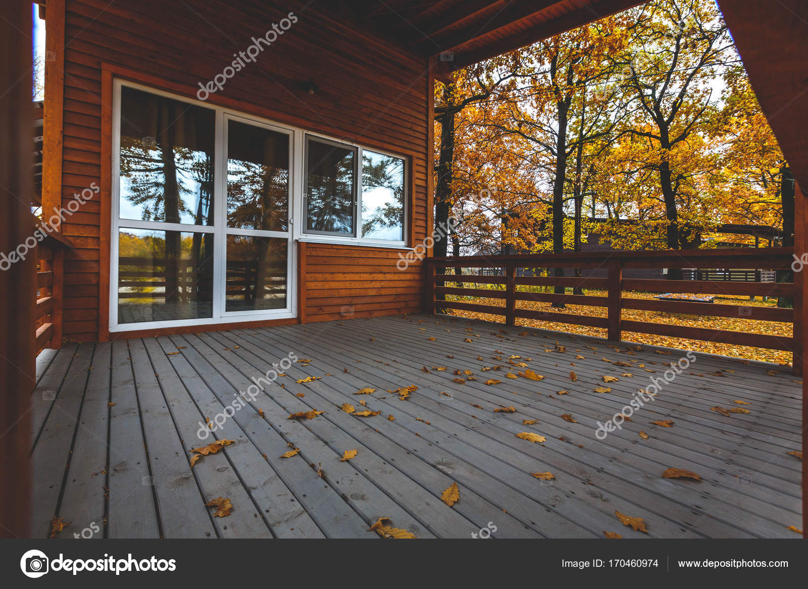 Houten huis buitenkant. houten terras met grote glazen deur