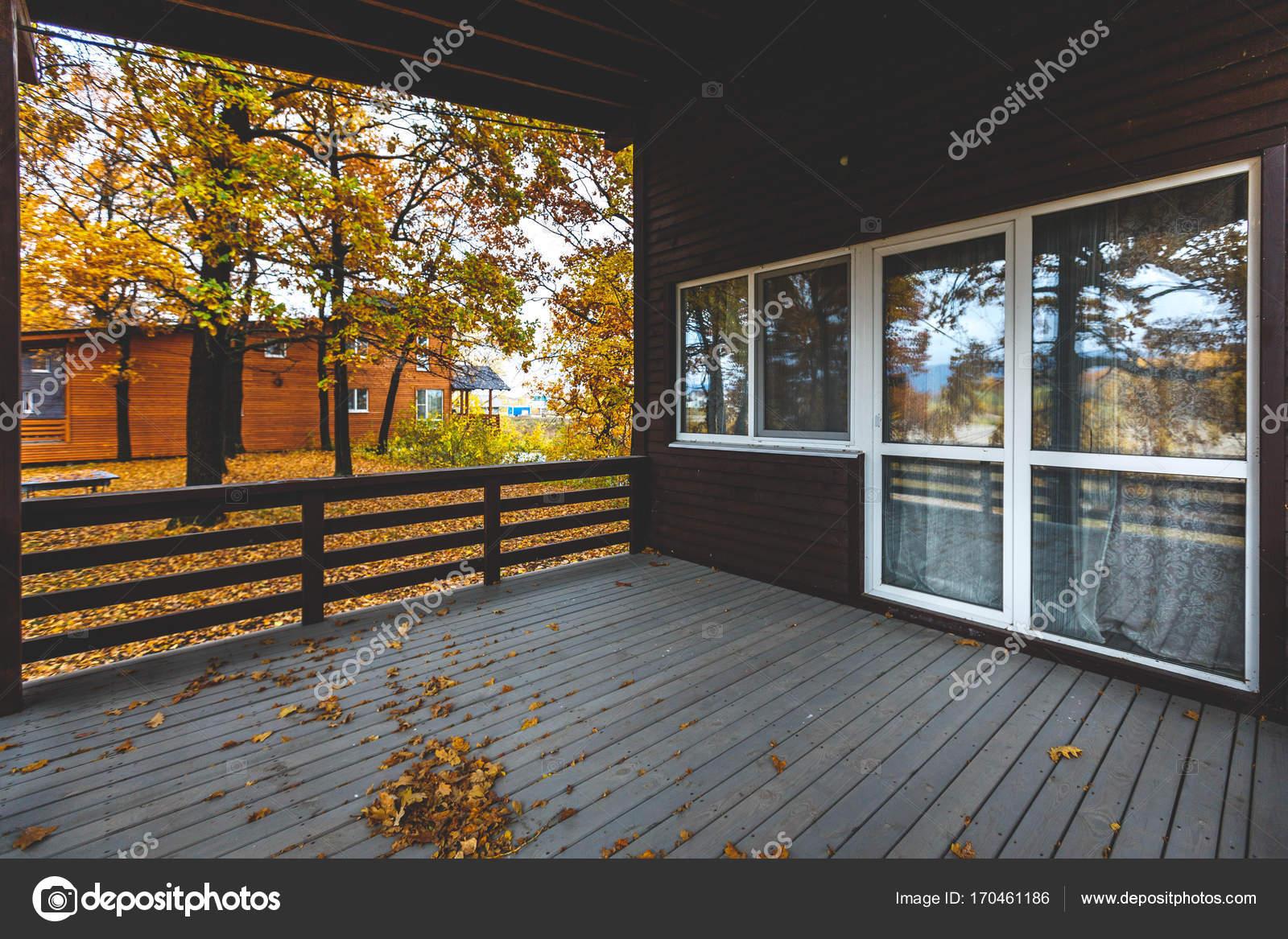 Esterno della casa in legno. Terrazza in legno con anta in vetro ...