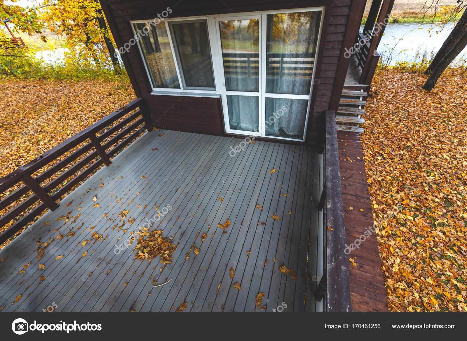 Beautiful terrazza in legno della casa di legno tavolato in legno giallo finestre panoramiche - Terrazze in legno da esterno ...
