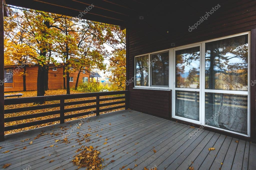 Houten huis buitenkant houten terras met grote glazen deur