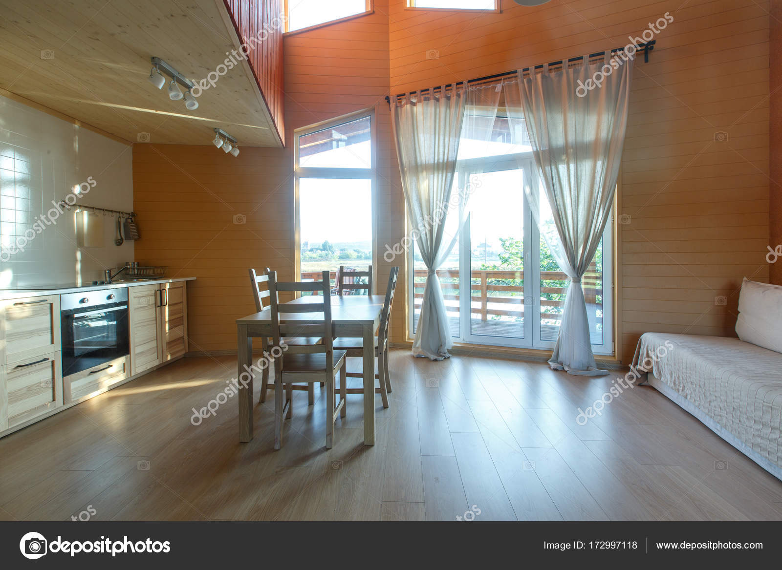 Eigentijds interieur van woonkamer in natuurlijke kleuren met