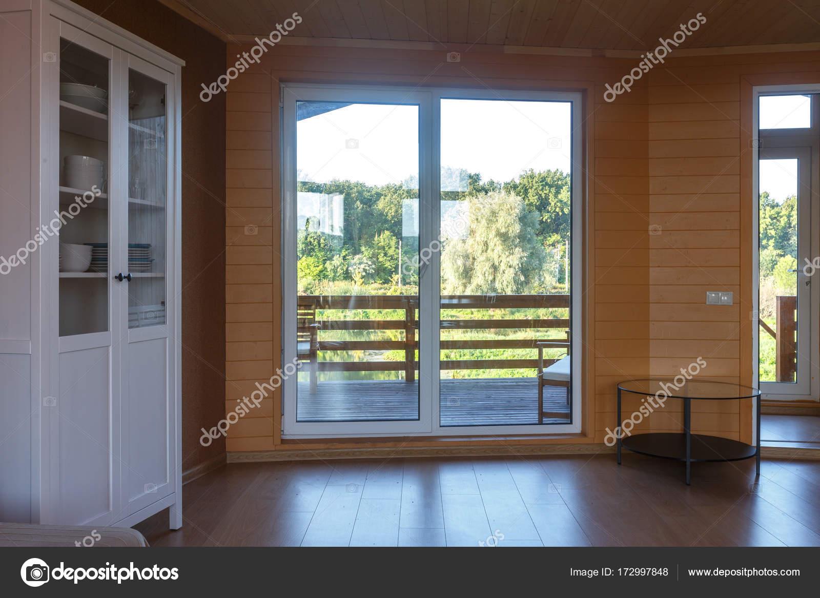 eigentijds interieur van woonkamer in natuurlijke kleuren met daglicht stockfoto