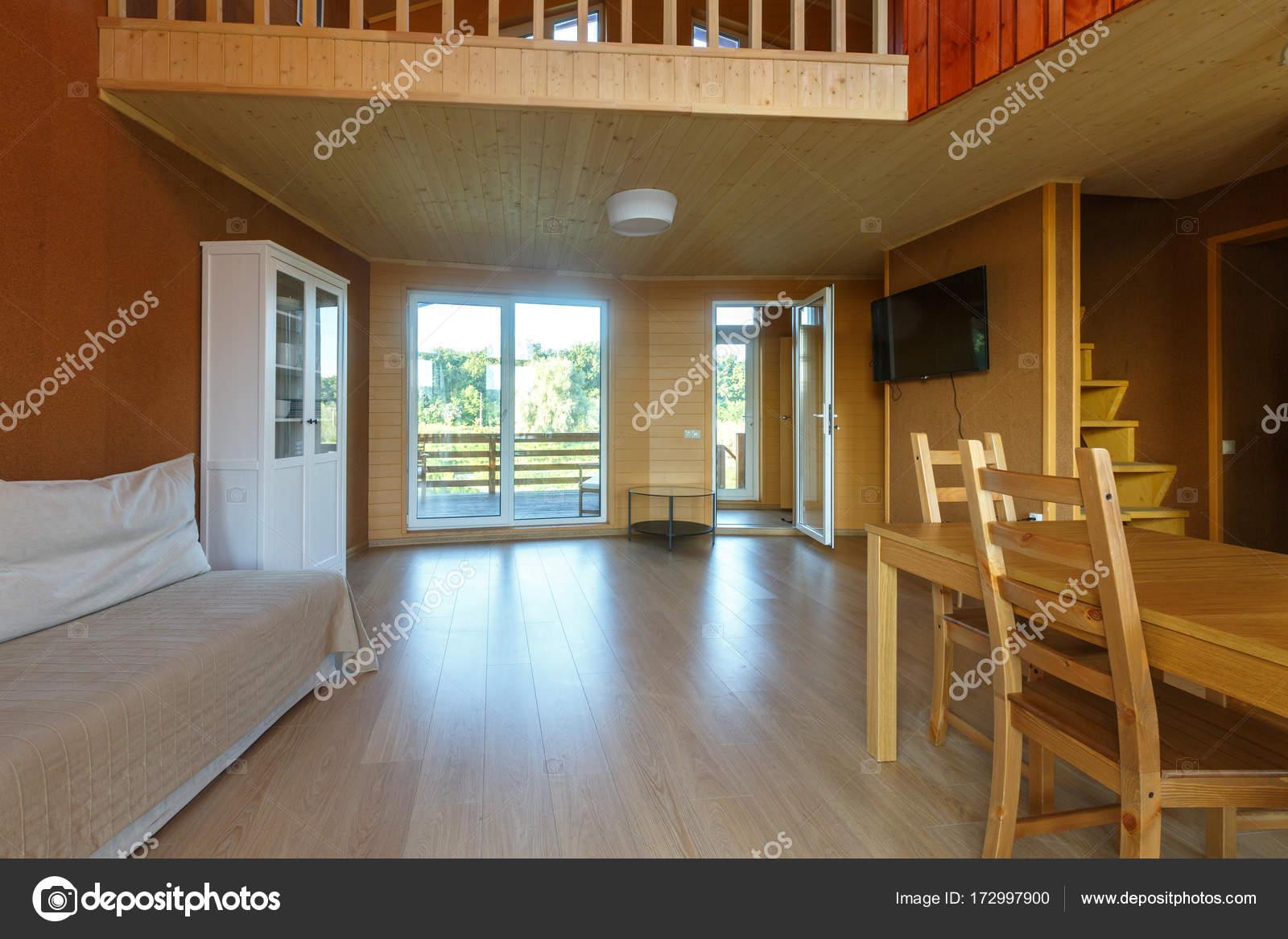 Moderne Inneneinrichtung des Wohnzimmers in natürlichen Farben mit ...